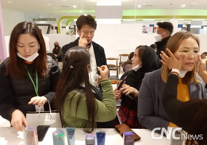 보떼화장품 김시현 대표는 셀러들에게 체험을 권하며, 화장품 관심사를 주고받았다.