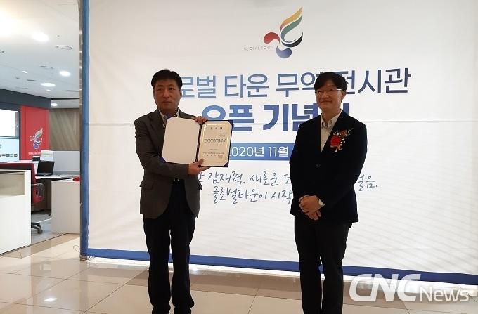 (주)넥스트앤넥스트 김부한 대표(왼쪽)가 오픈식에서 한국화장품중소기업수출협회 박진영 회장(오른쪽)에게 감사장을 주고 있다.